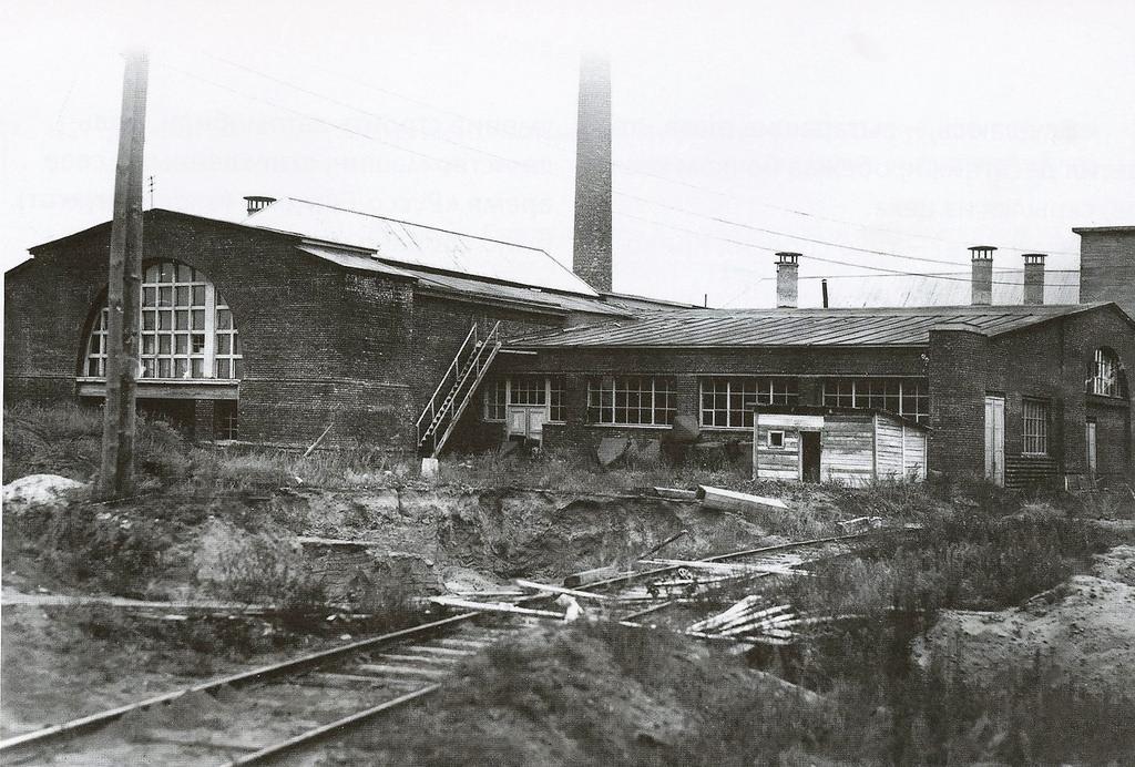 12. Корпуса отжигательной мастерской (слева) и магнето (справа)