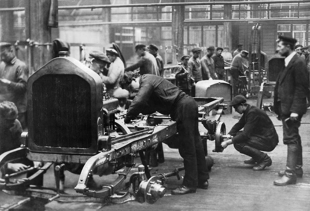 25. Сборка первого автомобиля АМО-Ф-15. 1924