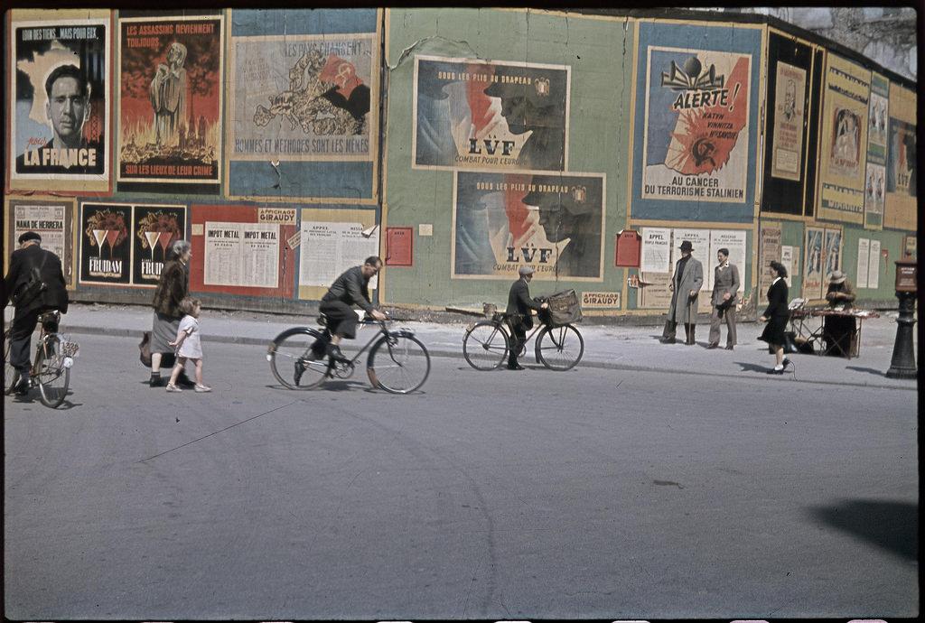 Плакаты на парижских улицах