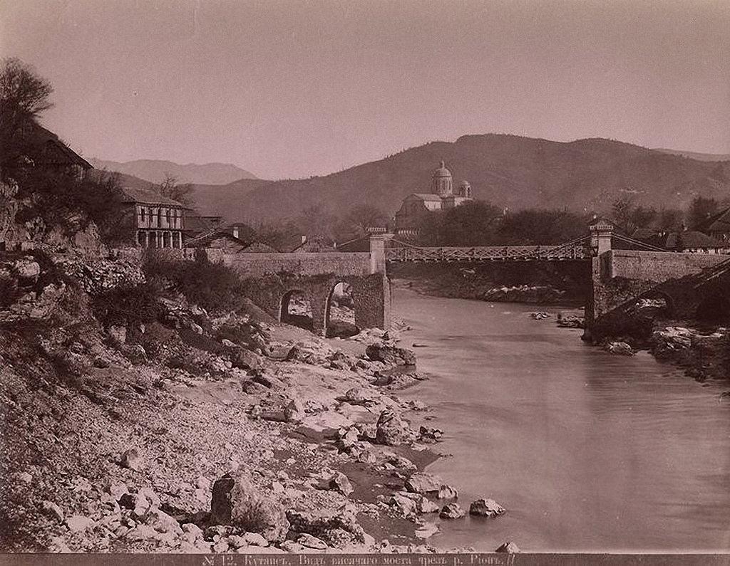 Вид висячего моста через реку Риони