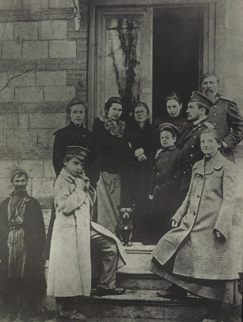 Маяковский (на переднем плане) с родными и знакомыми на крыльце дома Чейшвили. 1904
