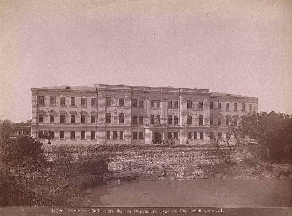 Общий вид фасада Окружного Суда с Еврейской улицы