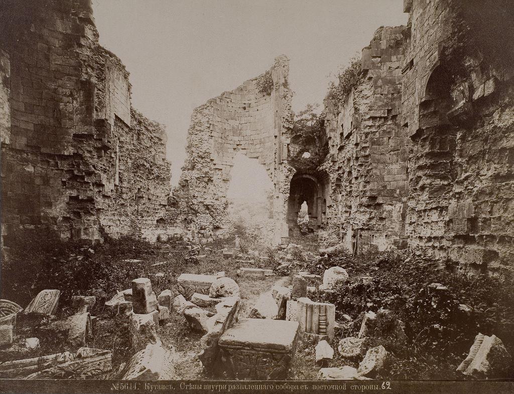 Стены внутри разваленного собора с восточной стороны