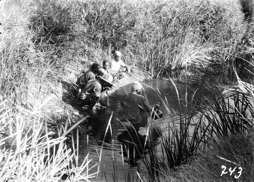 Окрестности Претории. Группа мужчин у реки