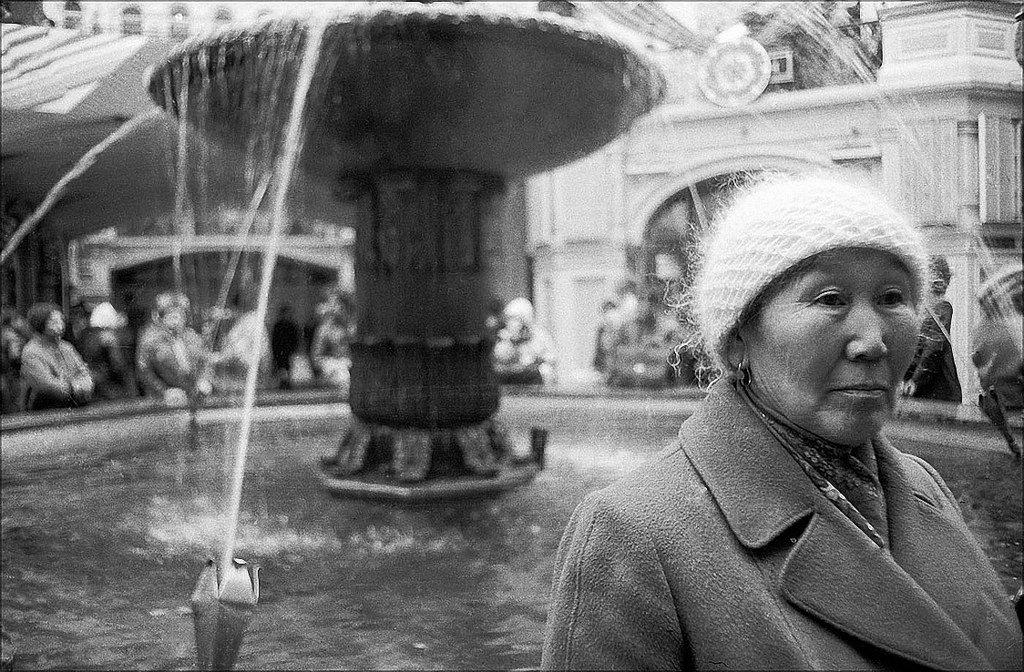 1987. ГУМ. Женщина у фонтана