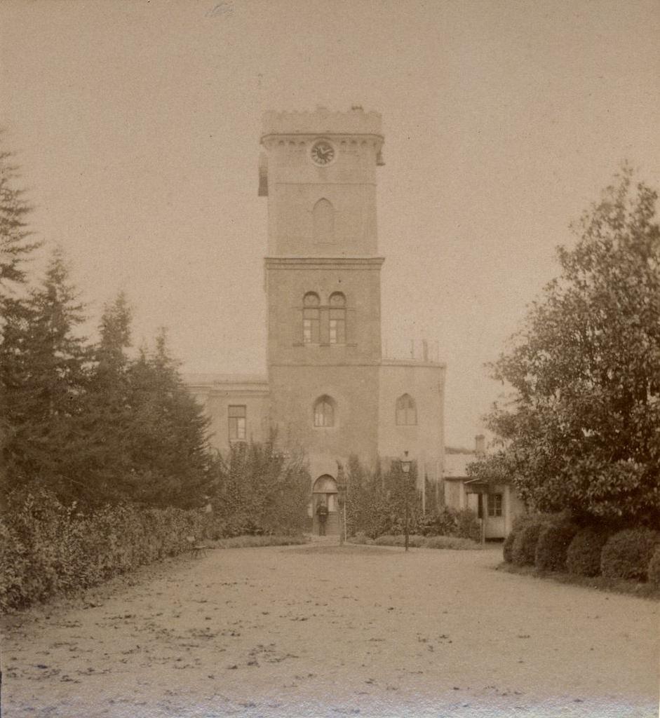 Главная аллея и башня