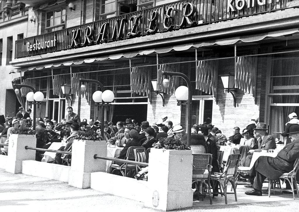 1932. Кафе «Кранцлер» на улице Курфюрстендамм