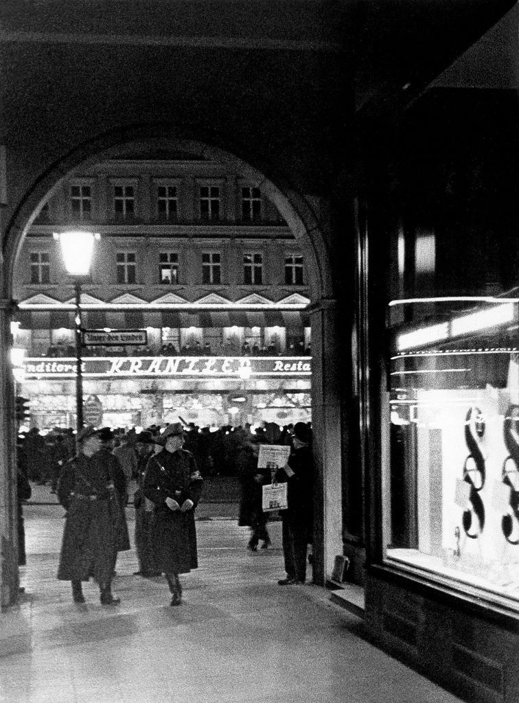 1934. Вид через Унтер-ден-Линден на кафе «Кранцлер»