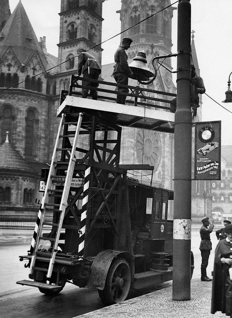 1936. Возле Гедехтнискирхе установлены громкоговорители для трансляции Олимпиады
