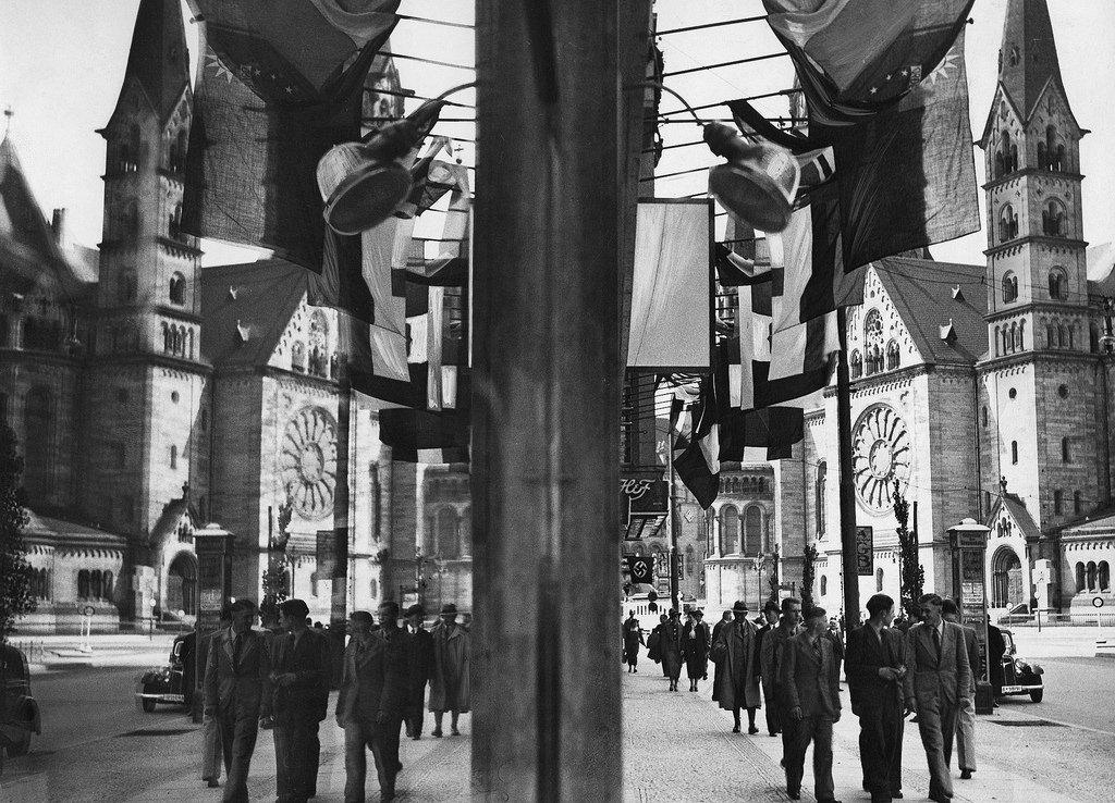 1936. Отражение в окне на Тауэнзенштрассе