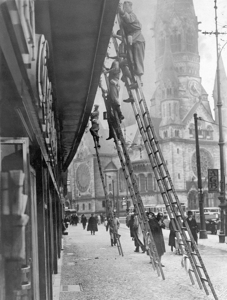 1936. Мойка окон в здании возле Гедехтнискирхе
