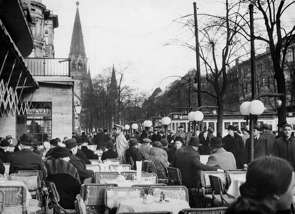 1937. Посетители кафе «Кранцлер» на Курфюрстендамм