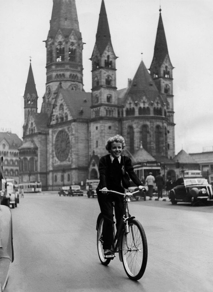 1939. Актриса Шарлотта Витхауэр с велосипедом на Тауентзиенштрассе
