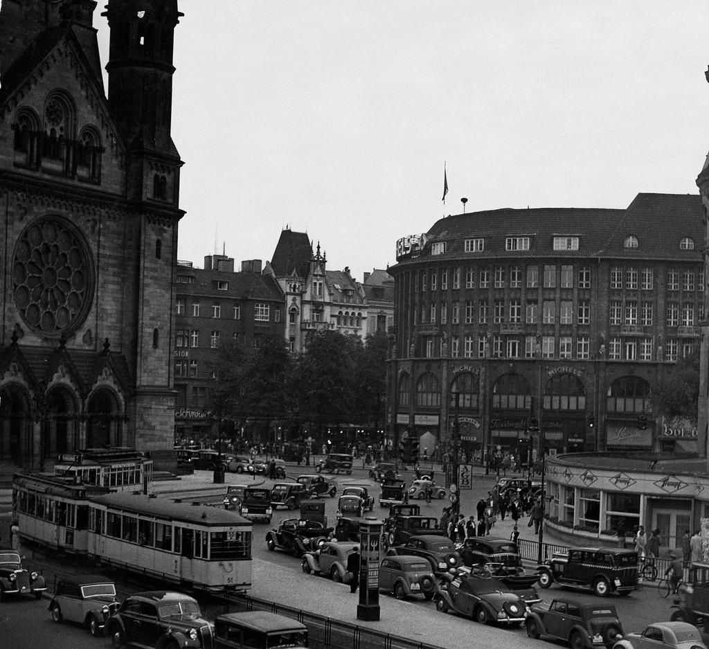 1939. Дорожное движение возле Гедехтнискирхе