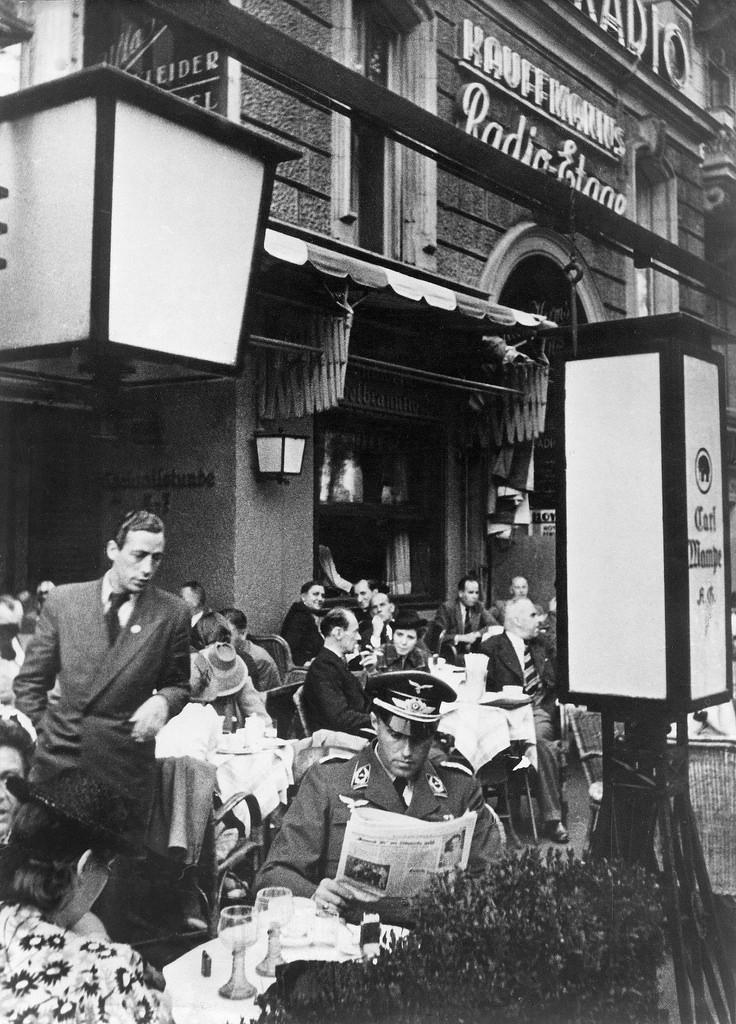1939. Солдат в форме читает газету в кафе «Мампе» на Курфюрстендамм