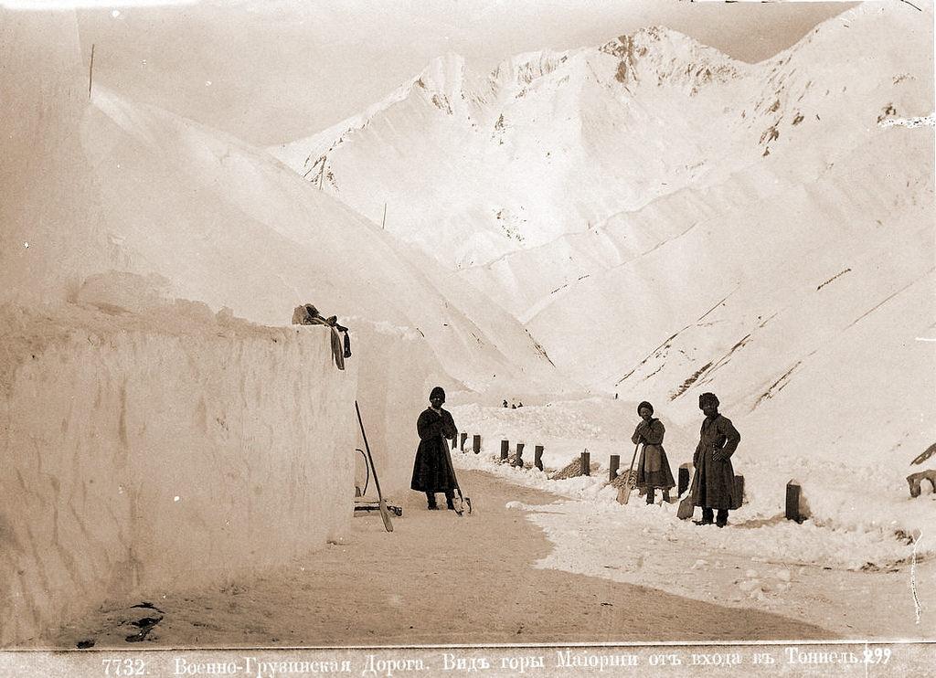 Вид горы Maйopши от входа в тоннель