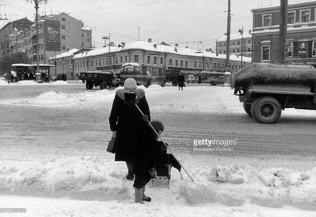 Женщина с ребенком на заснеженной улице