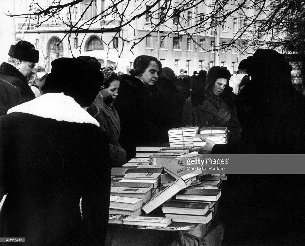 Книжная торговля на площади Революции