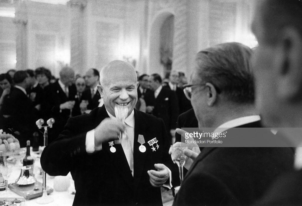 Никита Хрущёв и итальянский президент Джованни Гронки на вечере в итальянском посольстве