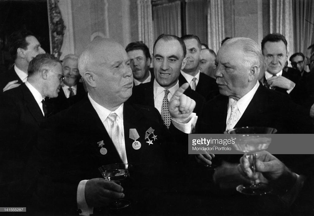 Никита Хрущёв и Климент Ворошилов на вечере в итальянском посольстве