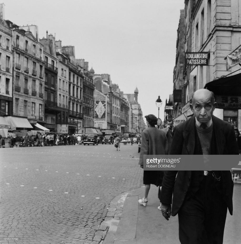 1953. Старик, идущий по тротуару улицы св. Антуана