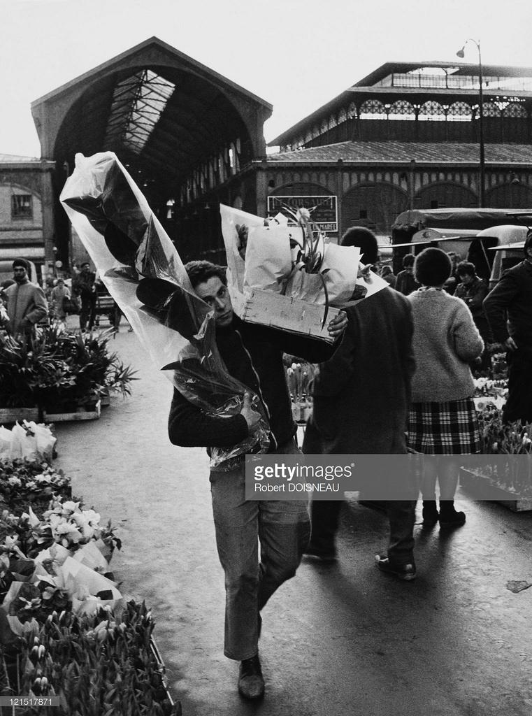 1960. Ле-Аль. Мужчина с букетами цветов