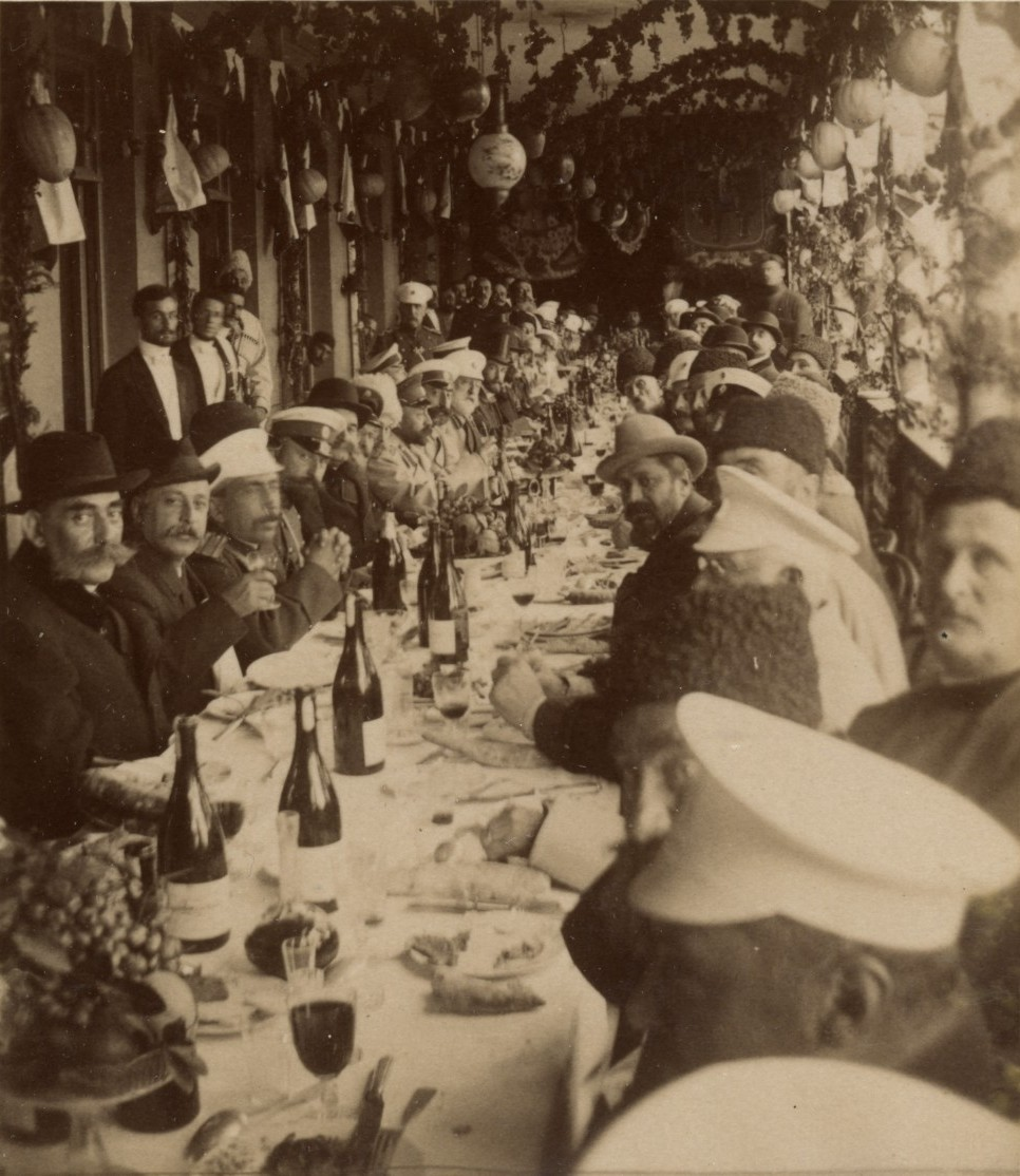 Грузинские дворяне за трапезой в саду «Фантазия».