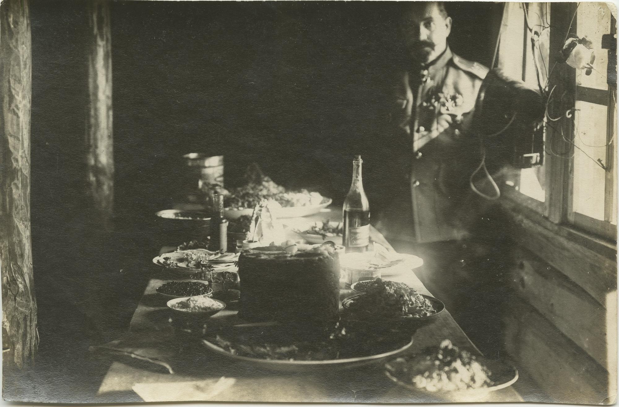 1916. Пасхальный стол в землянке офицера