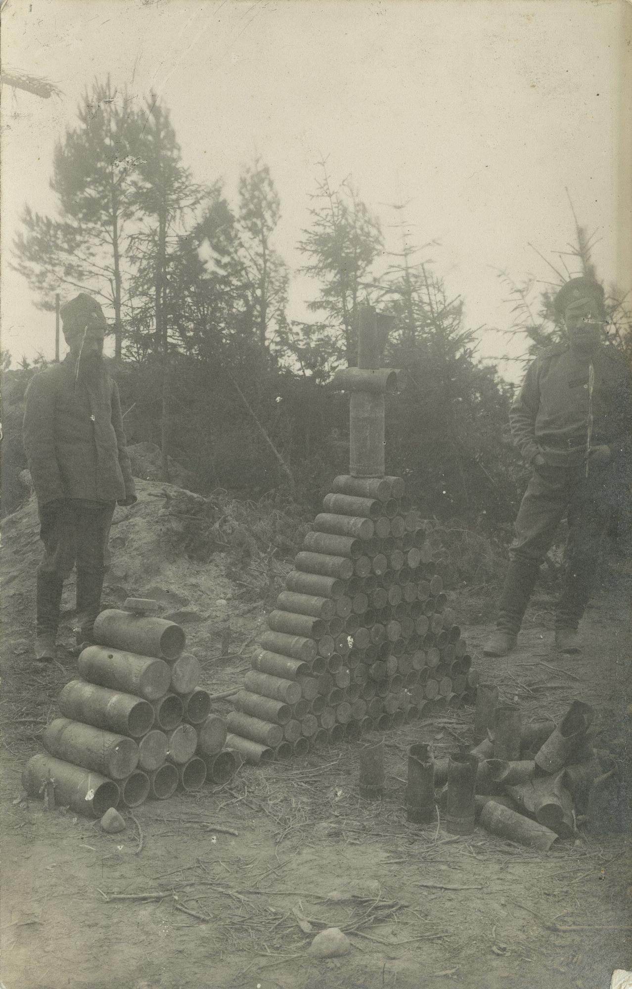 1916. Пирамида из гильз от снарядов