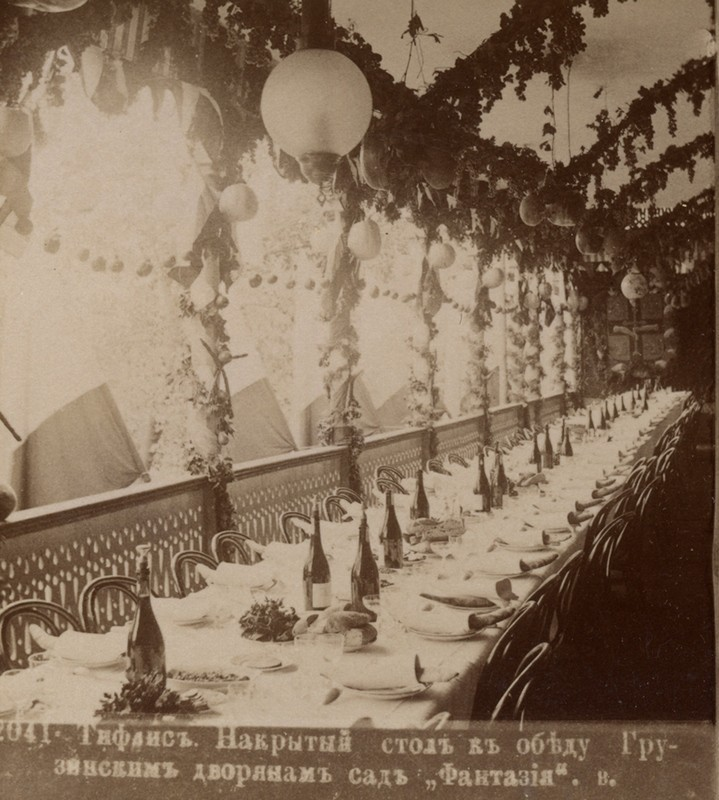 Накрытый стол к обеду грузинским дворянам. Сад «Фантазия»