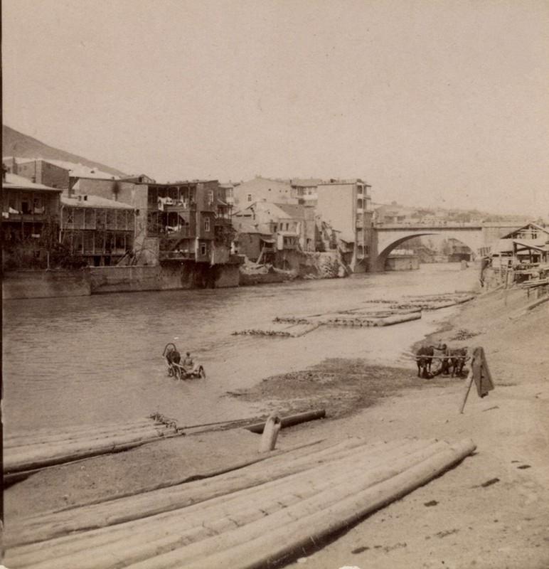 Николаевский мост и дома у берега р. Куры