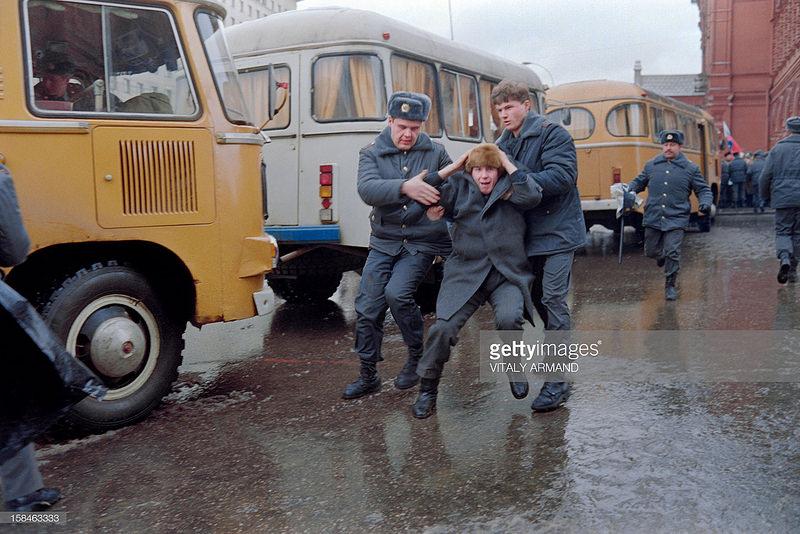 Отжимают шапку на митинге в поддержку Литвы. 13 января