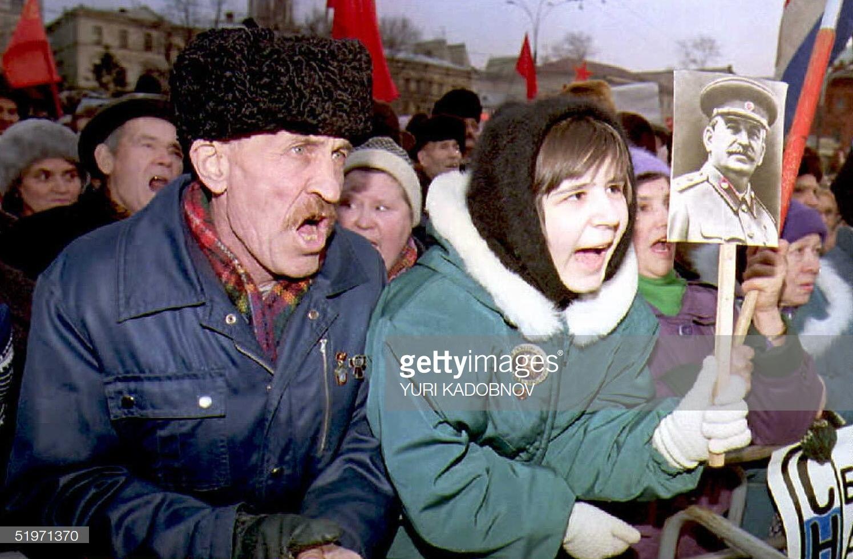 Ритуал вызывания духа Сталина на коммунистическом митинге. 17 марта