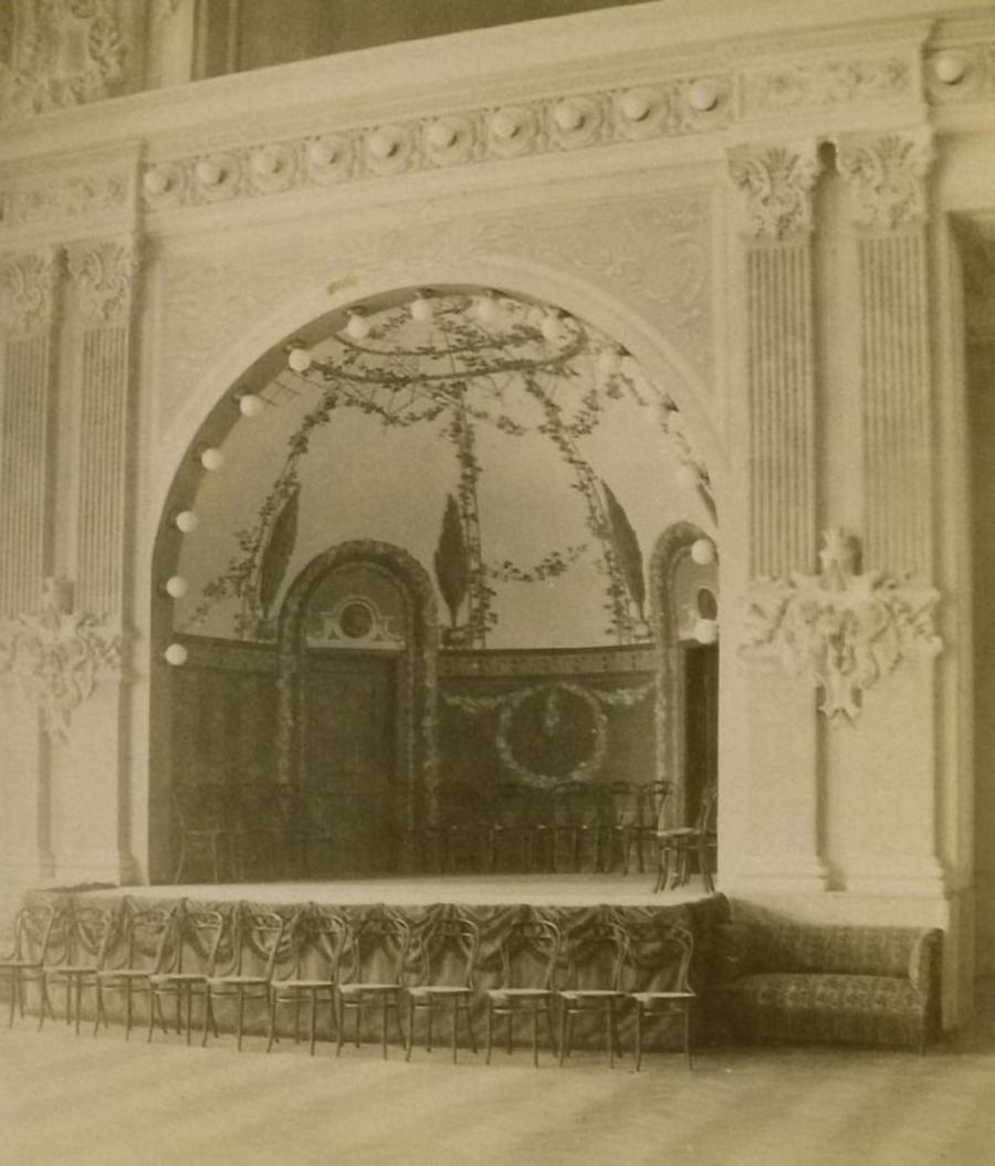 Здание Тифлисского артистического общества. Сцена концертнаго зала.