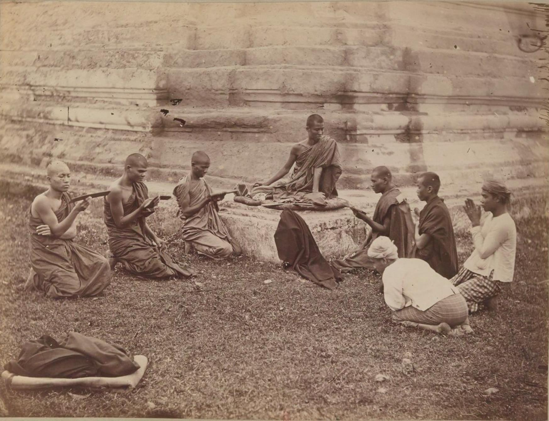 Бирманские священники во время молитвы
