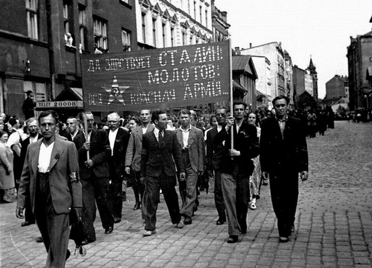 Демонстрация трудящихся г.Риги в знак одобрения вступления советских войск в Латвию. Июнь 1940