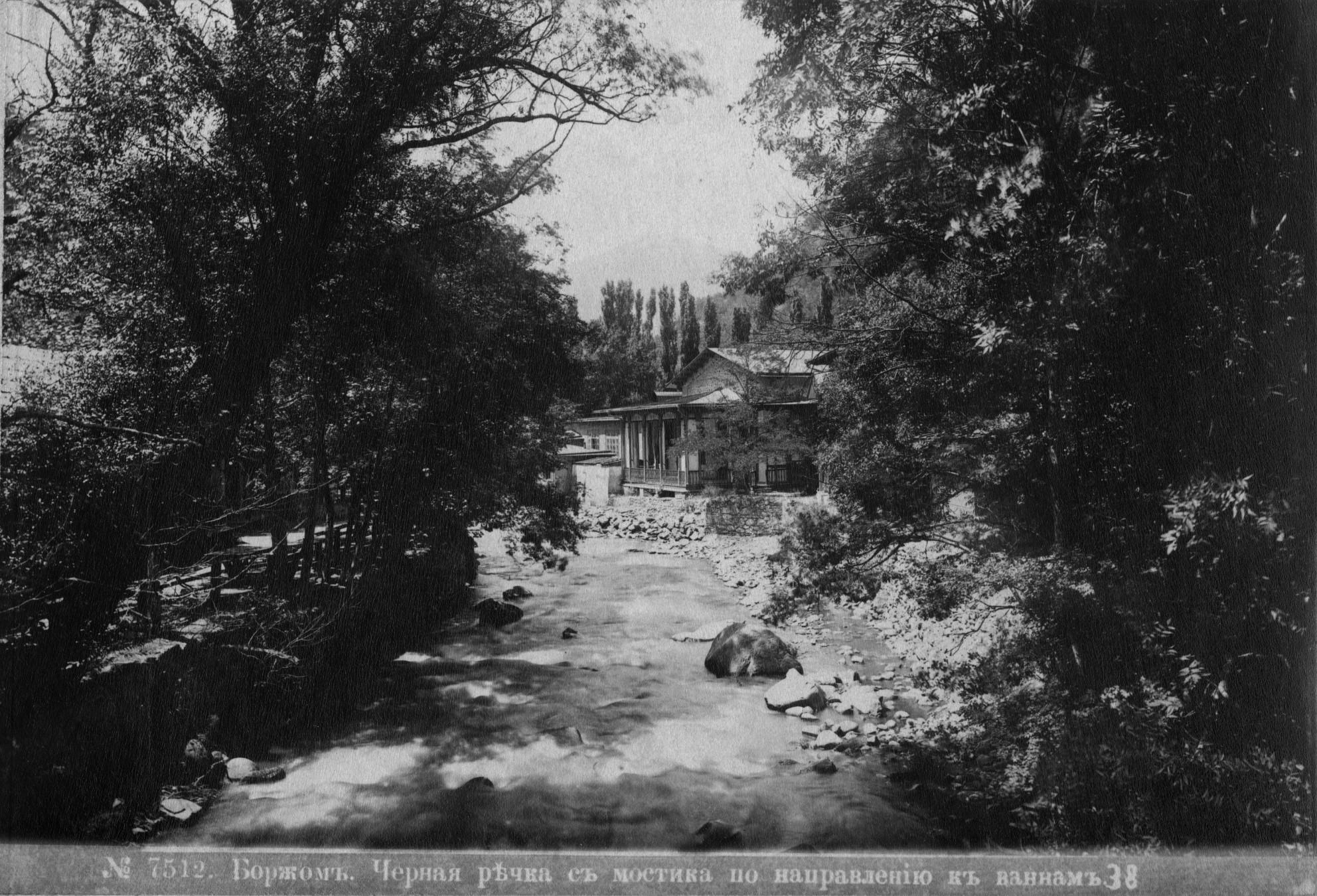 Черная речка с мостика по направлению к ванным