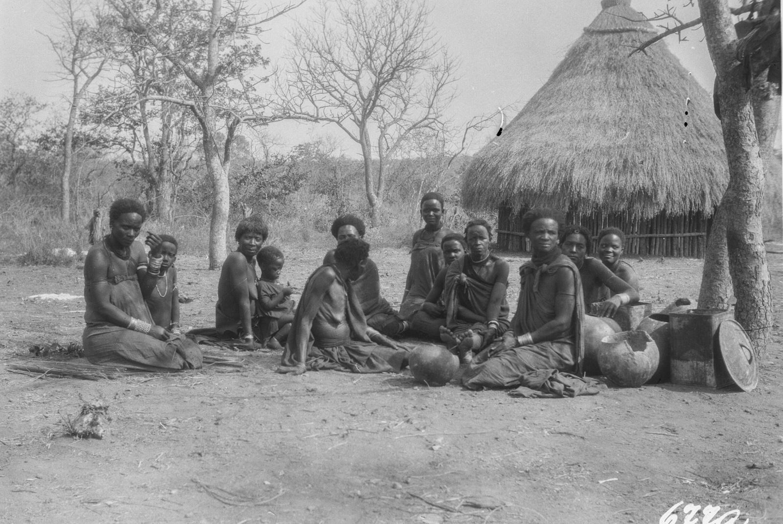 Национальный парк Крюгера. Групповой портрет деревенских женщин.