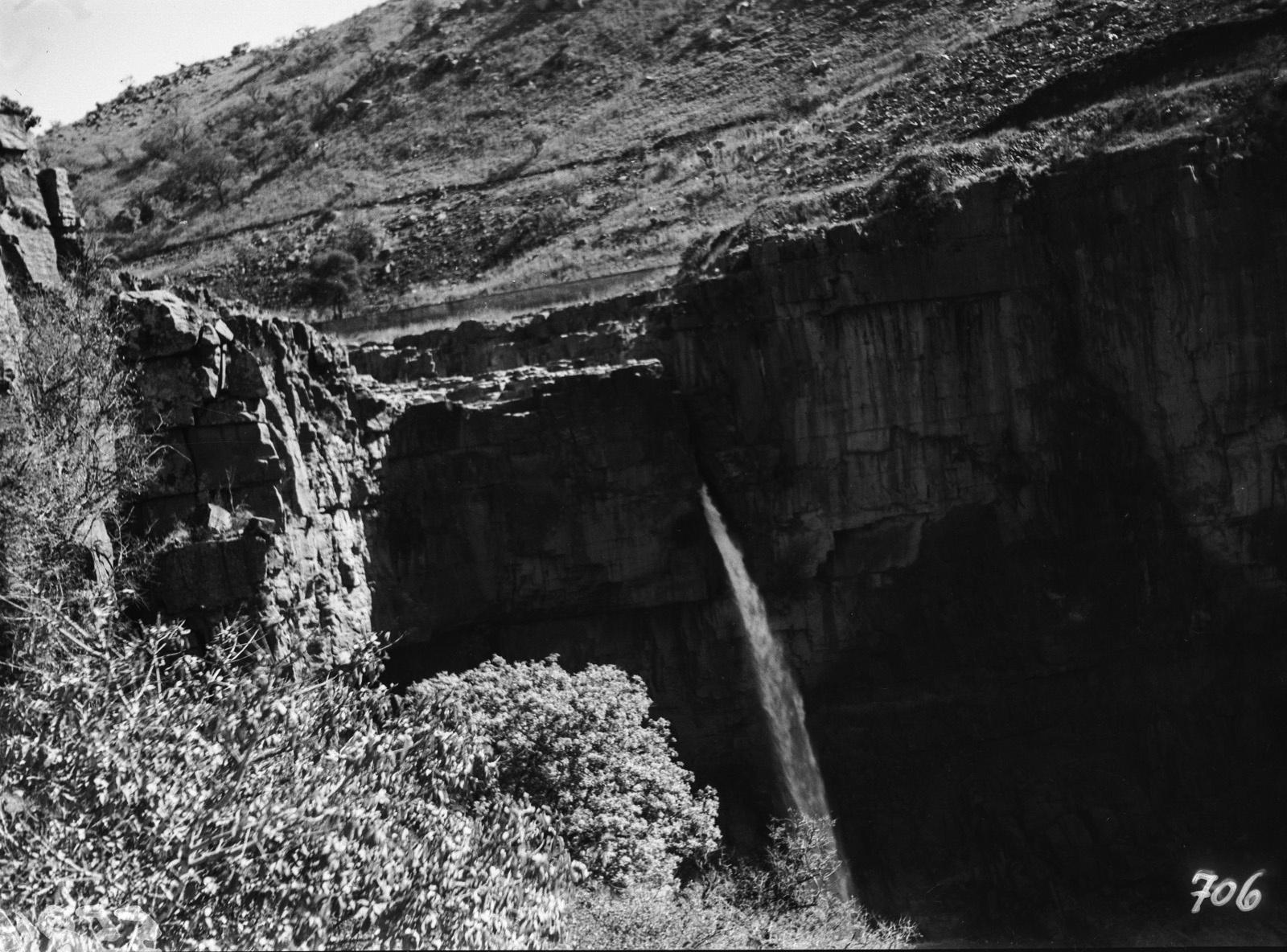 Окрестности Претории. Вид на скалистый пейзаж с небольшим водопадом