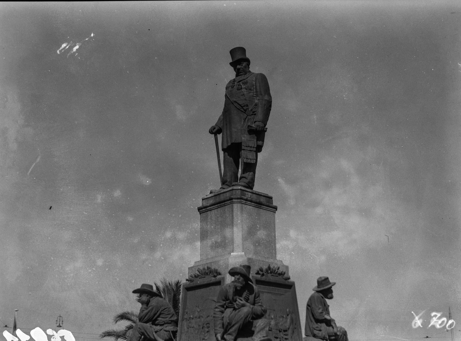 Претория. Мемориал Пауля Крюгера на церковной площади