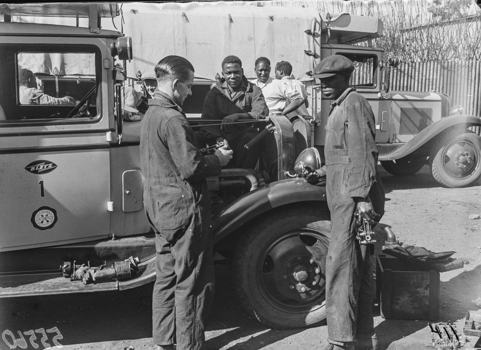 Претория. Один из грузовиков типа Opel Blitz во время технического обслуживания