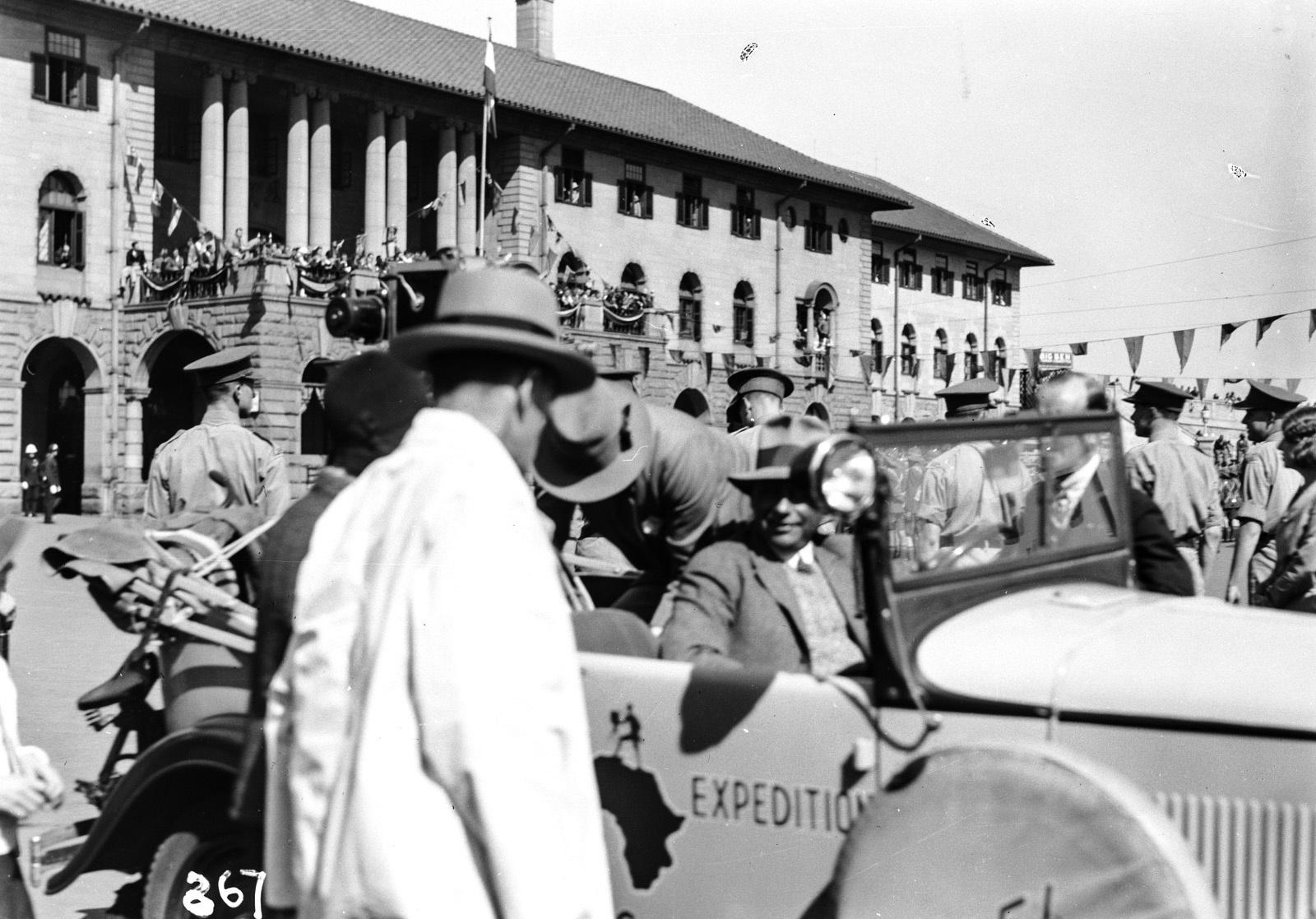 Претория. Члены экспедиции ждут прибытия губернатора. Ганс Шомбургк сидит в машине