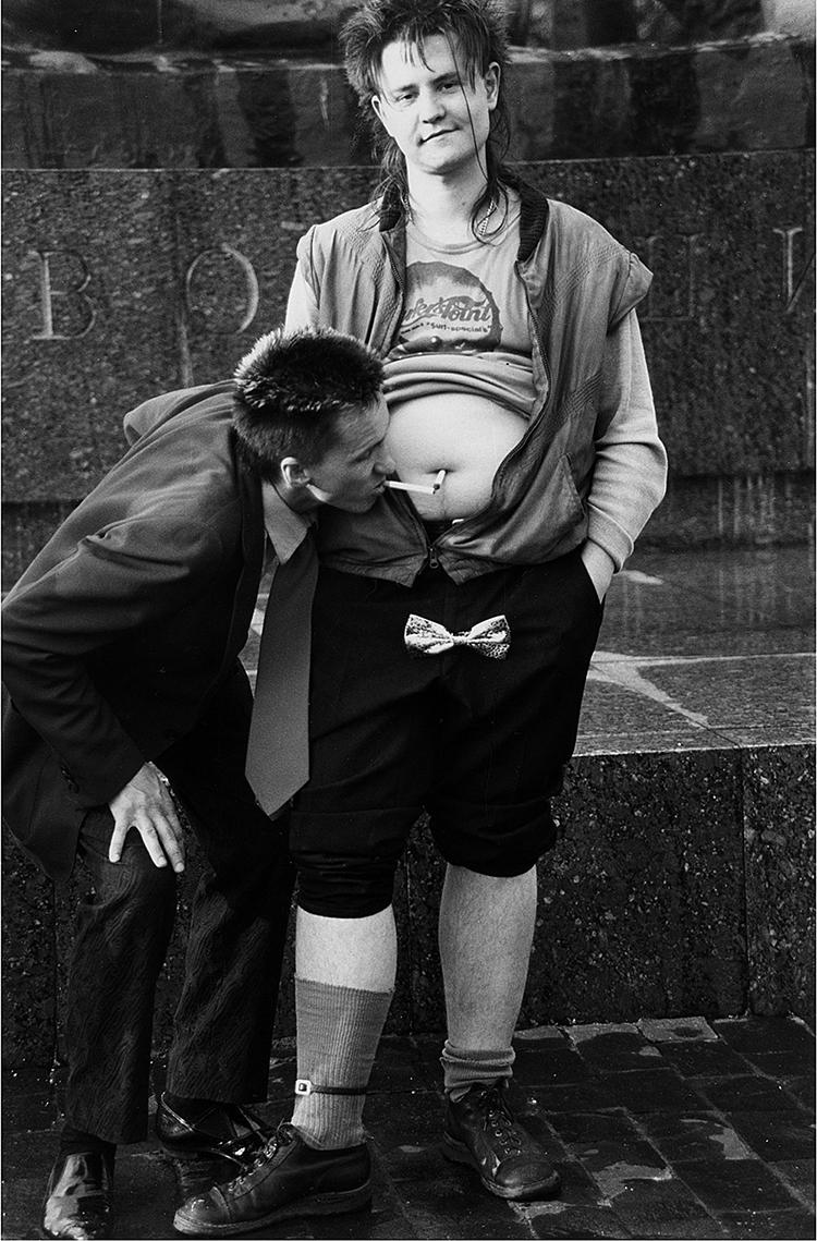 1987. Хенк из группы «Чудо-юдо» и прикуривающий от его пупка Гарик Асса. Петра Галл для журнала Blickpunkt