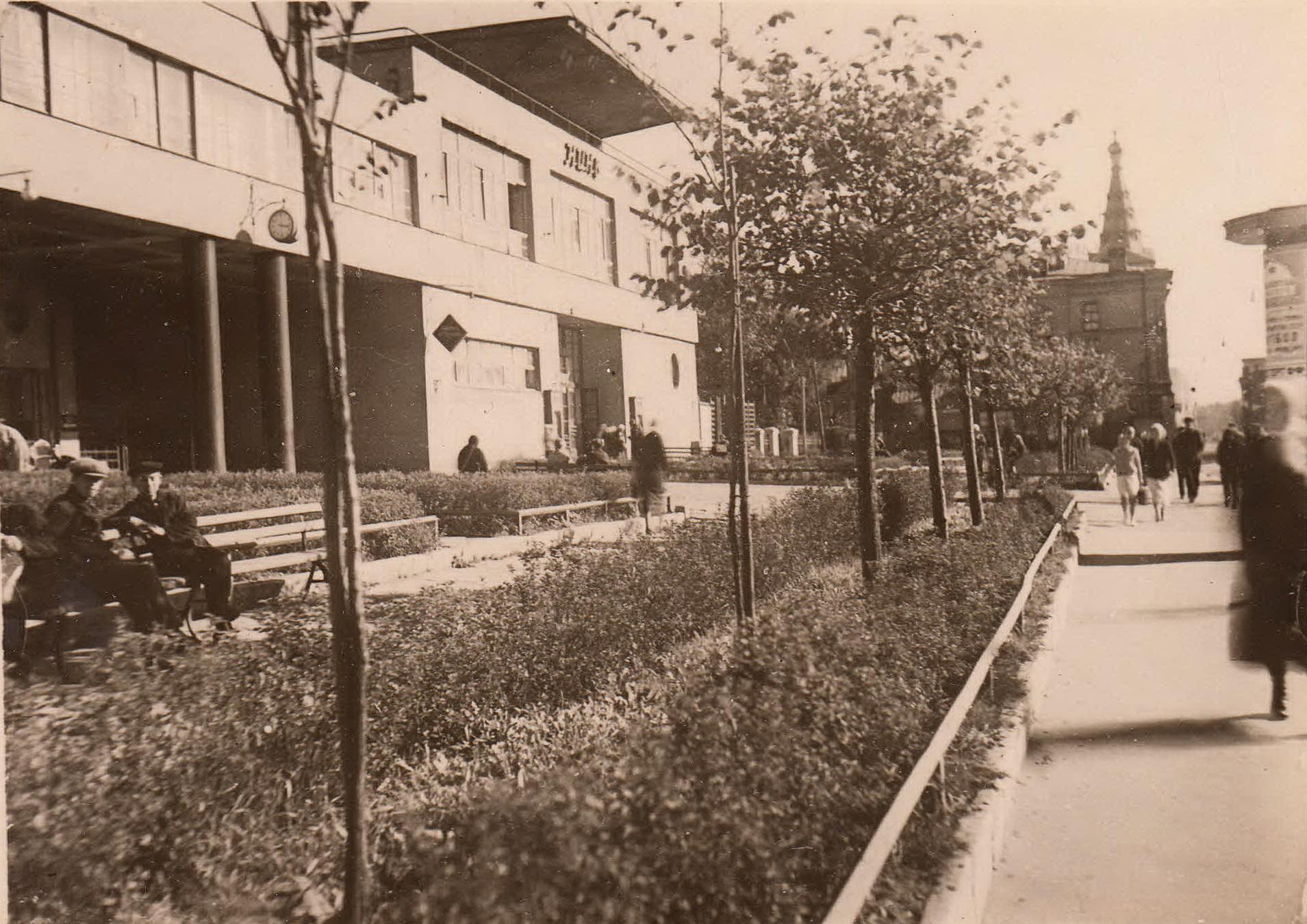 Здание фабрики-кухни на проспекте Карла Маркса
