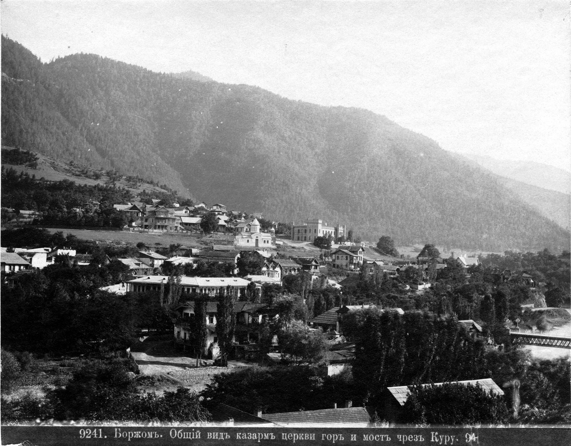 Общий вид казарм, церкви, гор и моста через Куру