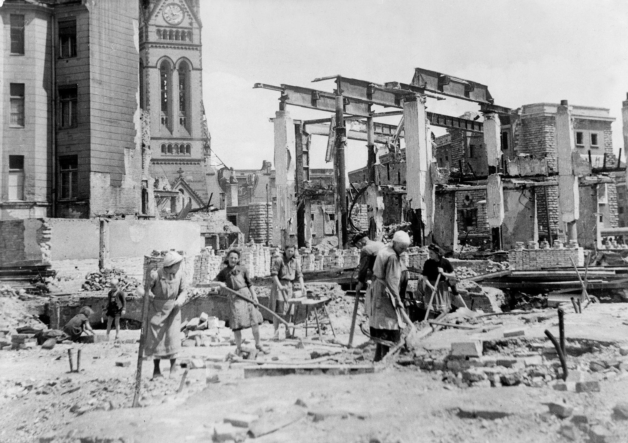1945. Александерплац. Женщины, работающие на расчистке города от развалин