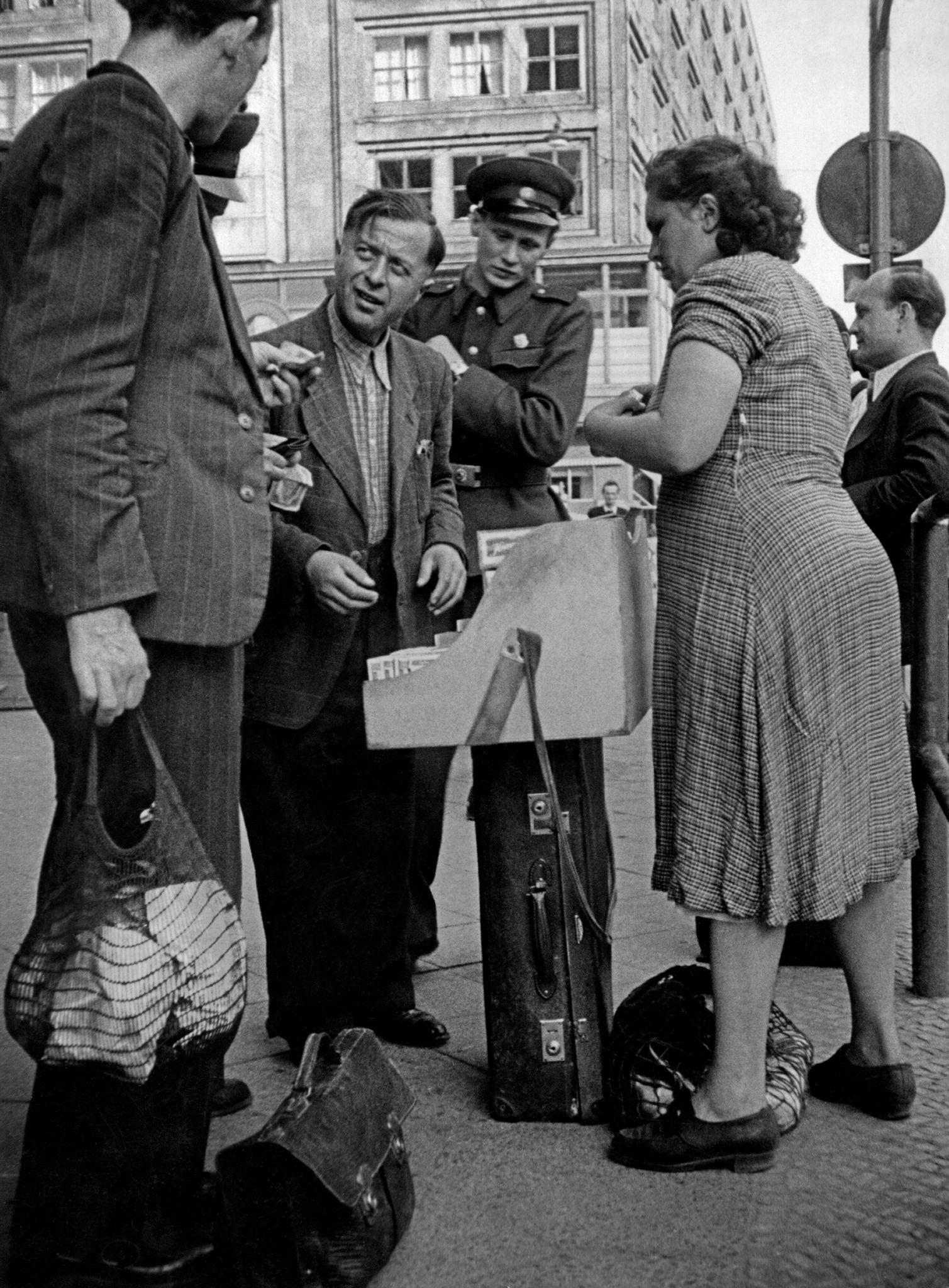 1953. Немцы покупают сигареты у уличного торговца