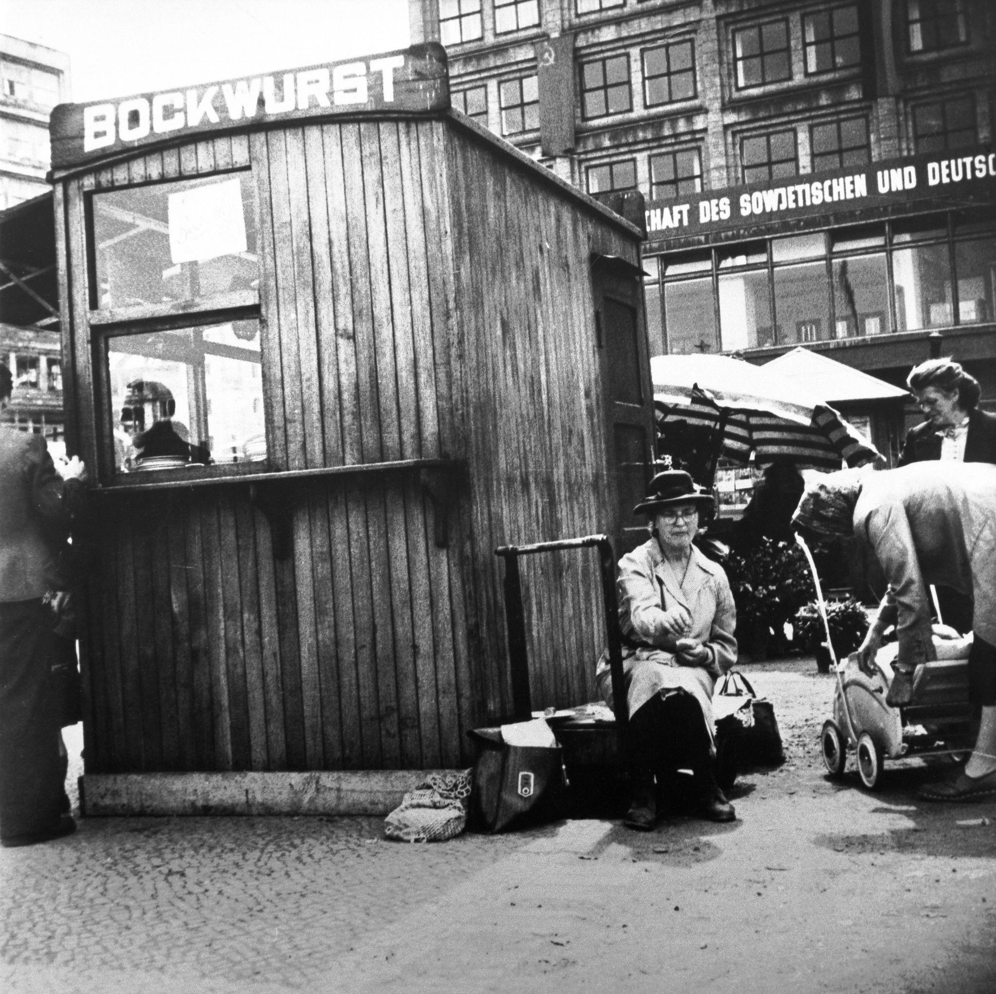 1953. Ларек, торгующий горячими сардельками на Александрплац