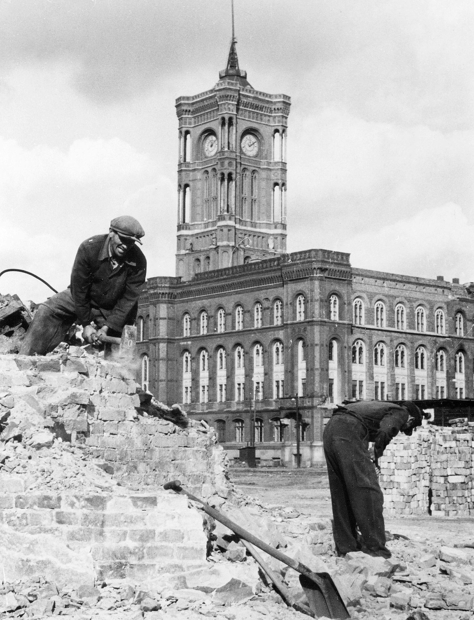 1954. Рабочие убирают последние обломки перед Красной Ратушей