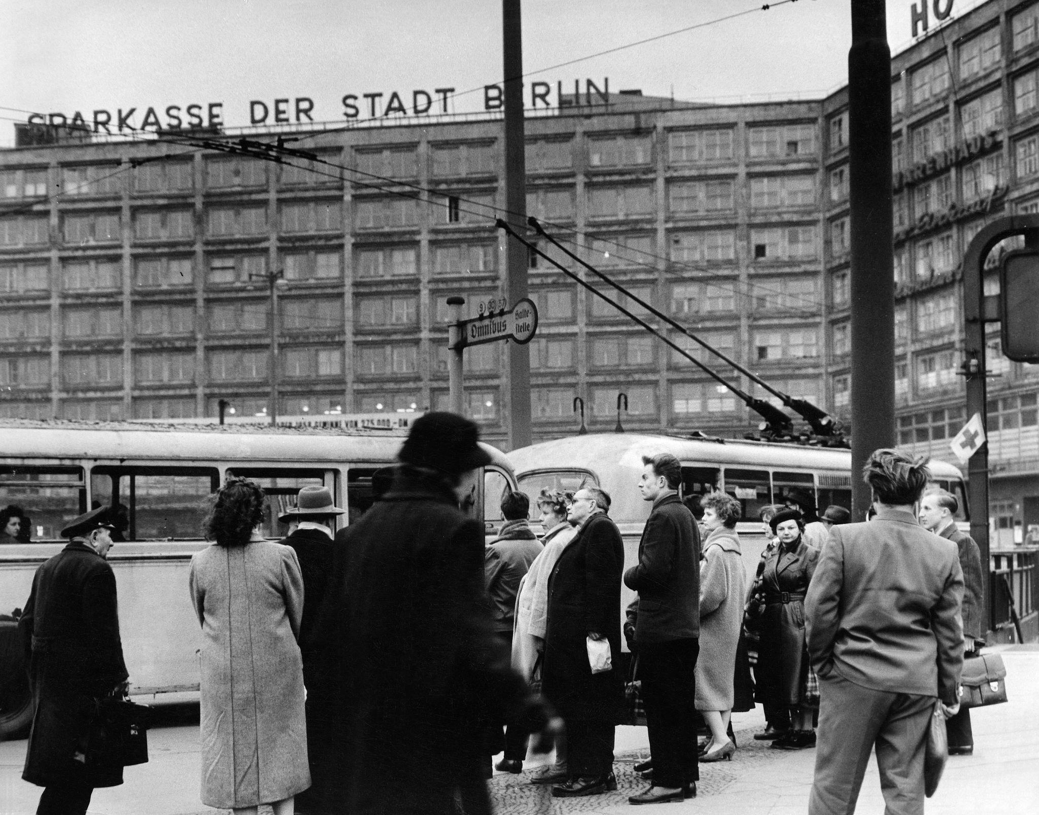 1959. Александерплац. Люди на автобусной остановке